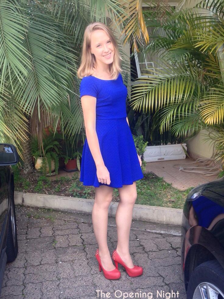 Vestido azul sapato vermelho